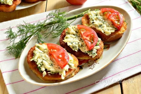 Гренки с зеленью и плавленым сыром