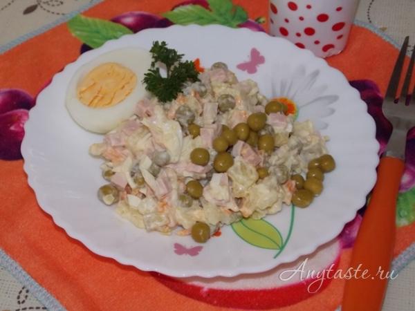 Салат «Зимний» с колбасой и солеными огурцами
